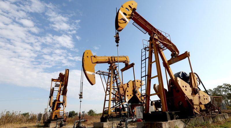 Pumpjacks son vistos en un campo petrolero en Huaian, Jiangsu